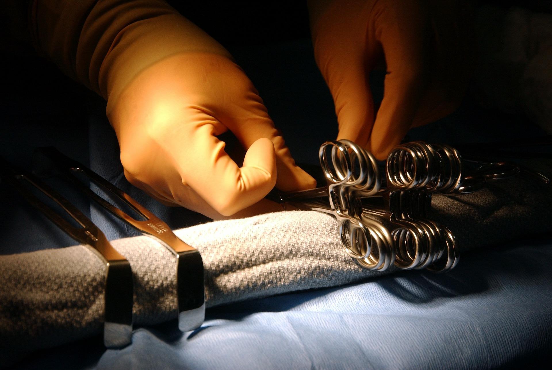 surgical-instruments-81489_1920 Allestimento sale per confezionamento e sterilizzazione